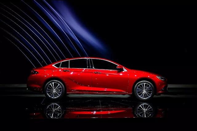 君威轴距比上代车型增加92mm,达到2829mm,结合更长,更低的快背式车身